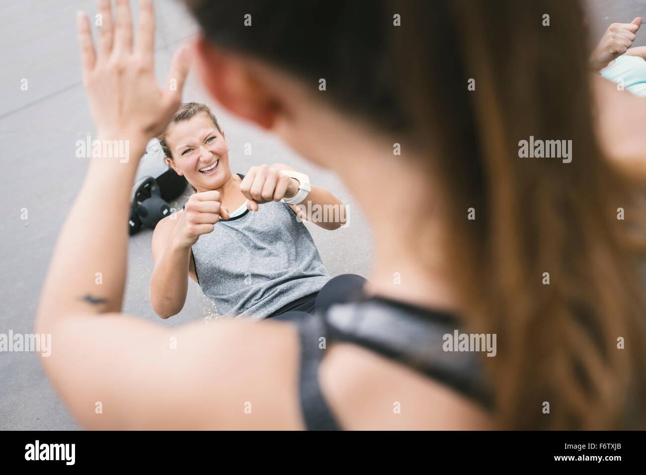 Le donne aventi un esterno di boot camp allenamento Immagini Stock