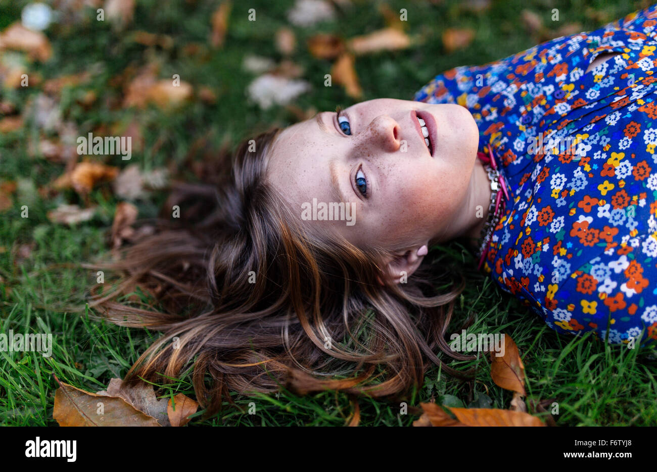 Ritratto di ragazza distesa su un prato Immagini Stock