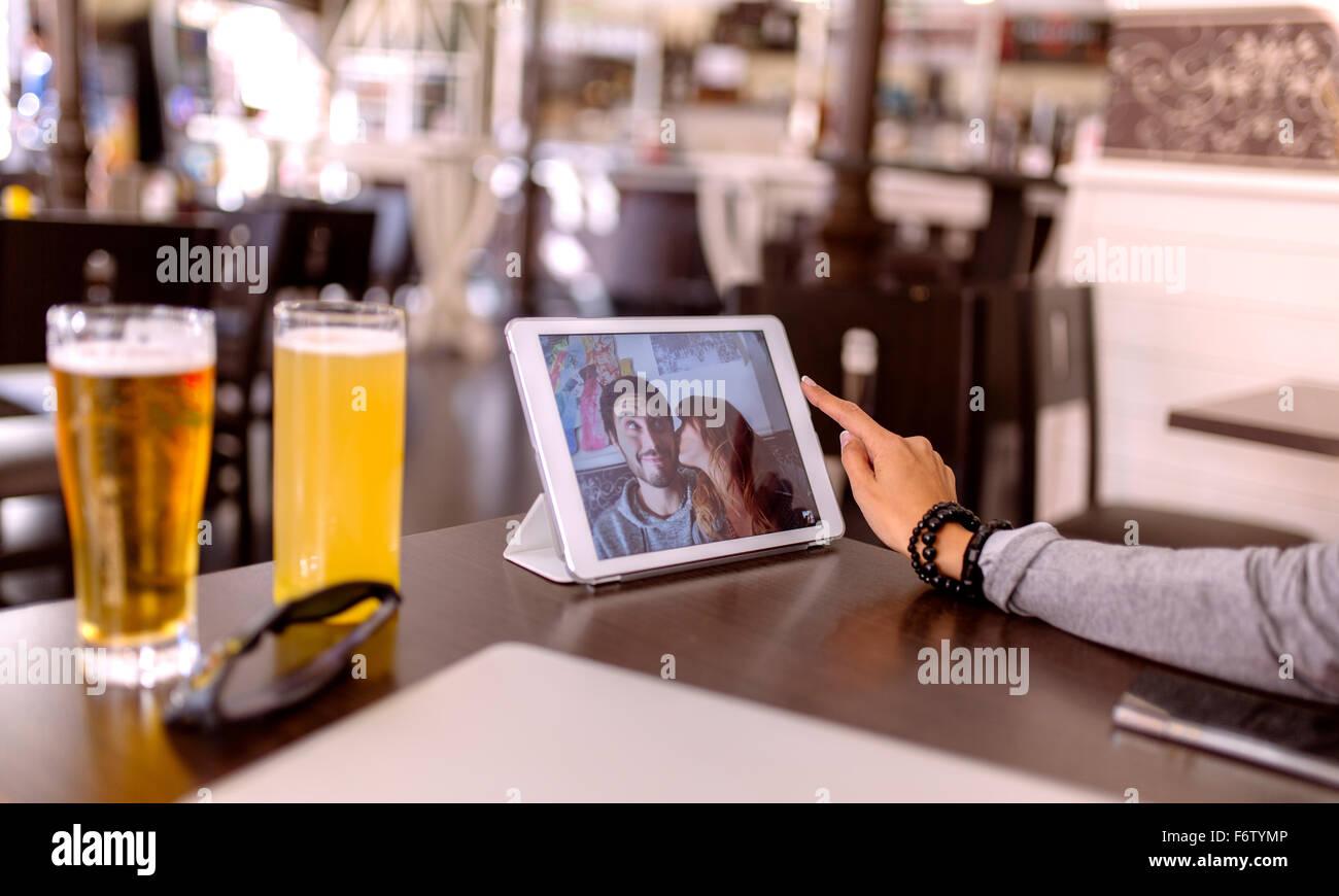 La fotografia di una giovane coppia in visualizzazione della tavoletta digitale Immagini Stock