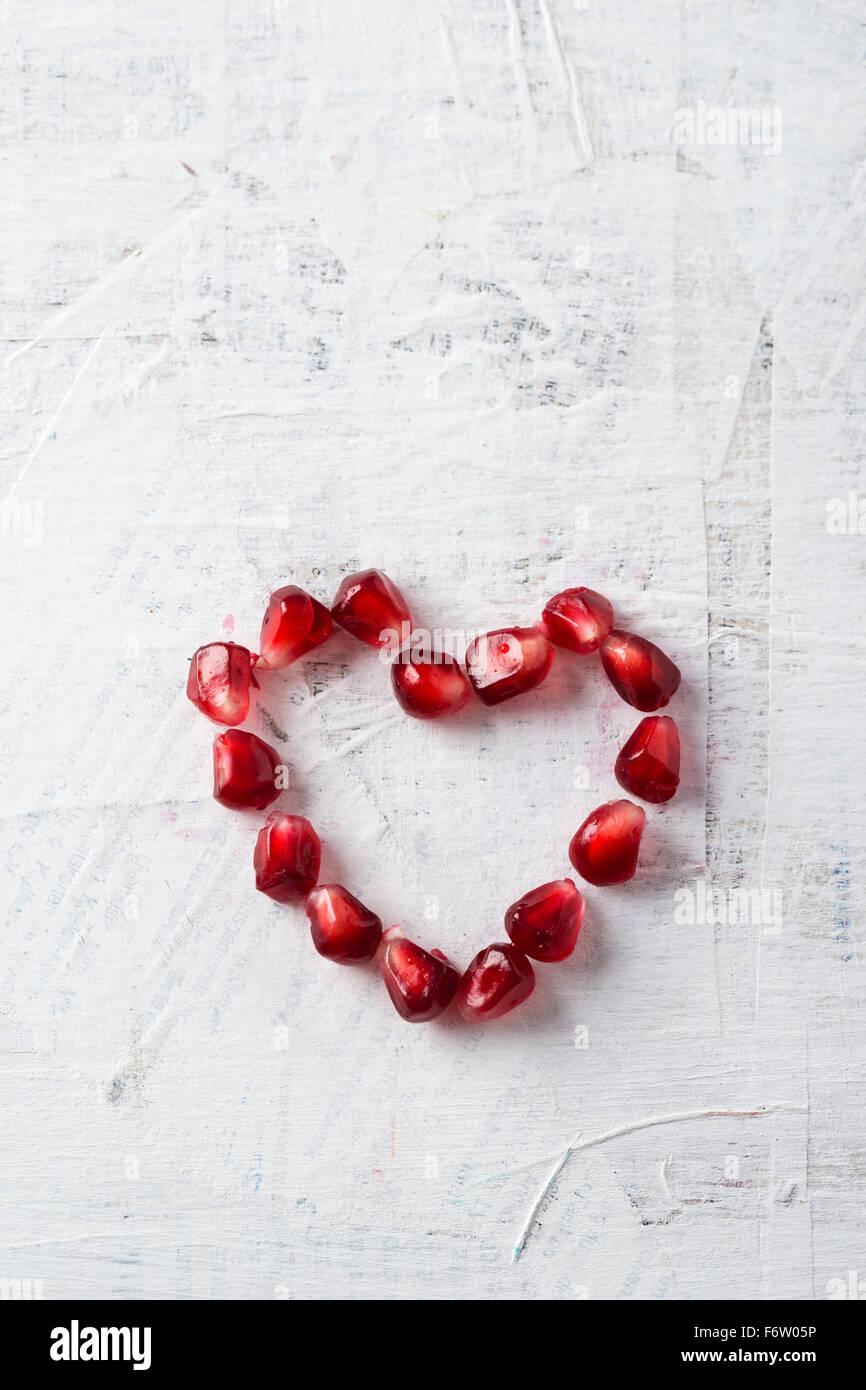 A forma di cuore di semi di melograno Immagini Stock