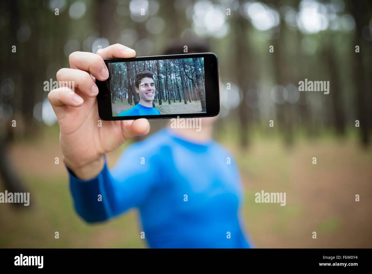 Selfie di un runner sul display di uno smartphone Immagini Stock