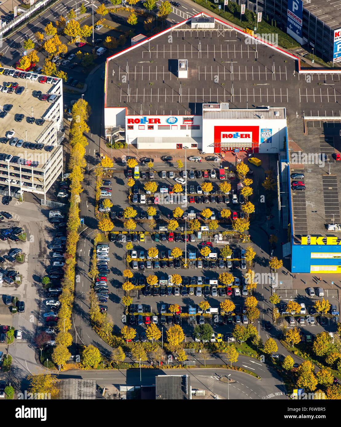 Il parcheggio del negozio mobili scooter con alberi decidui con fogliame di autunno, Essen, la zona della Ruhr, Immagini Stock