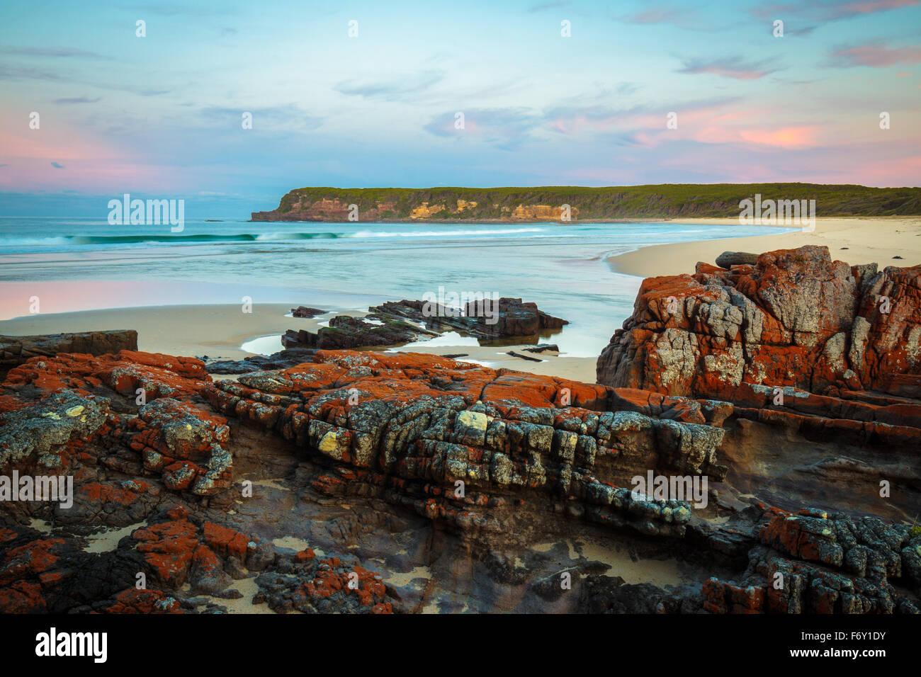 Tramonto sulla selvaggia costa Nadgee, NSW Immagini Stock