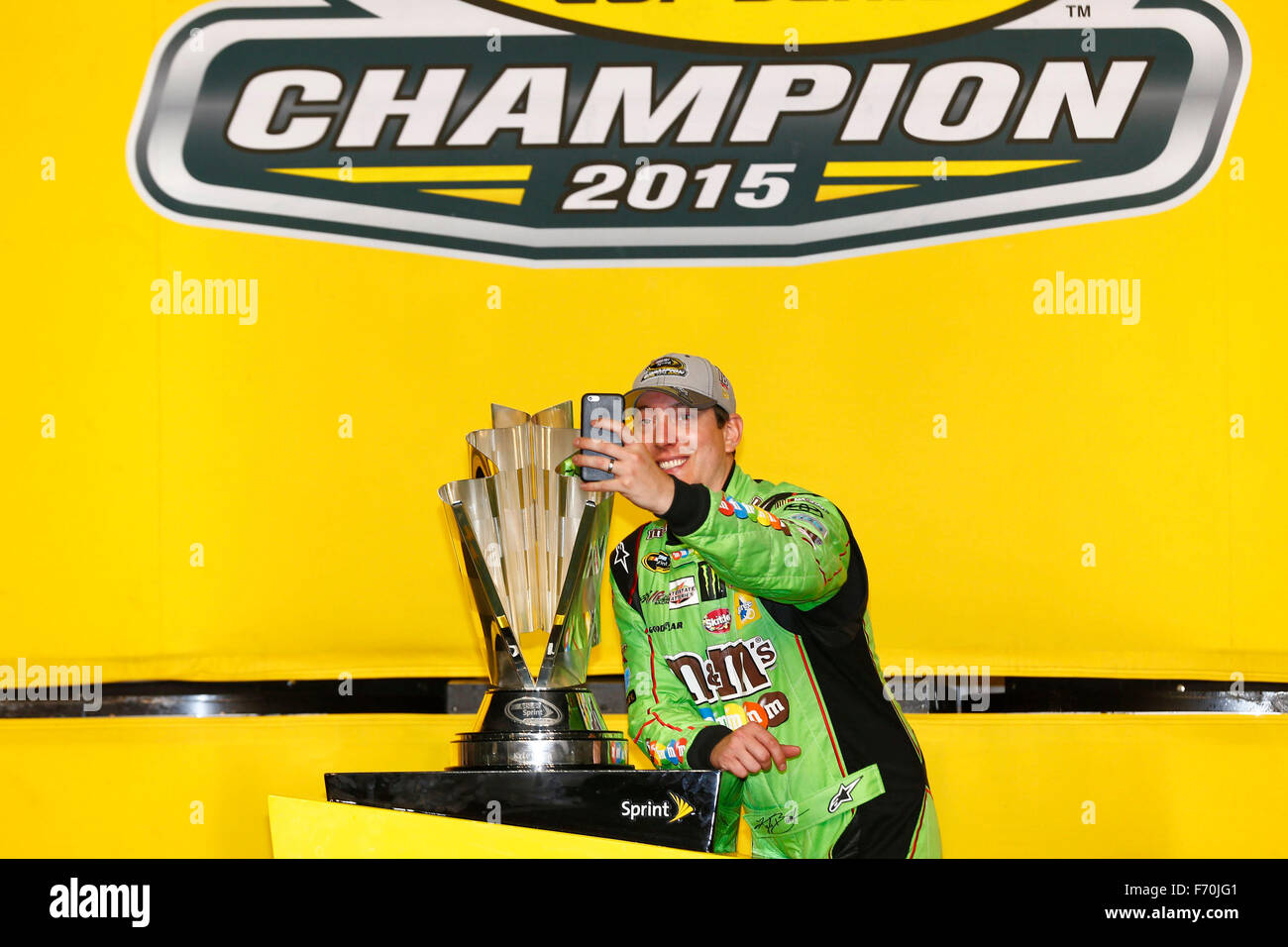 Homestead, FL, Stati Uniti d'America. 23 Nov, 2015. Homestead, FL - Nov 23, 2015: Kyle Busch (18) vince il 2015 Immagini Stock