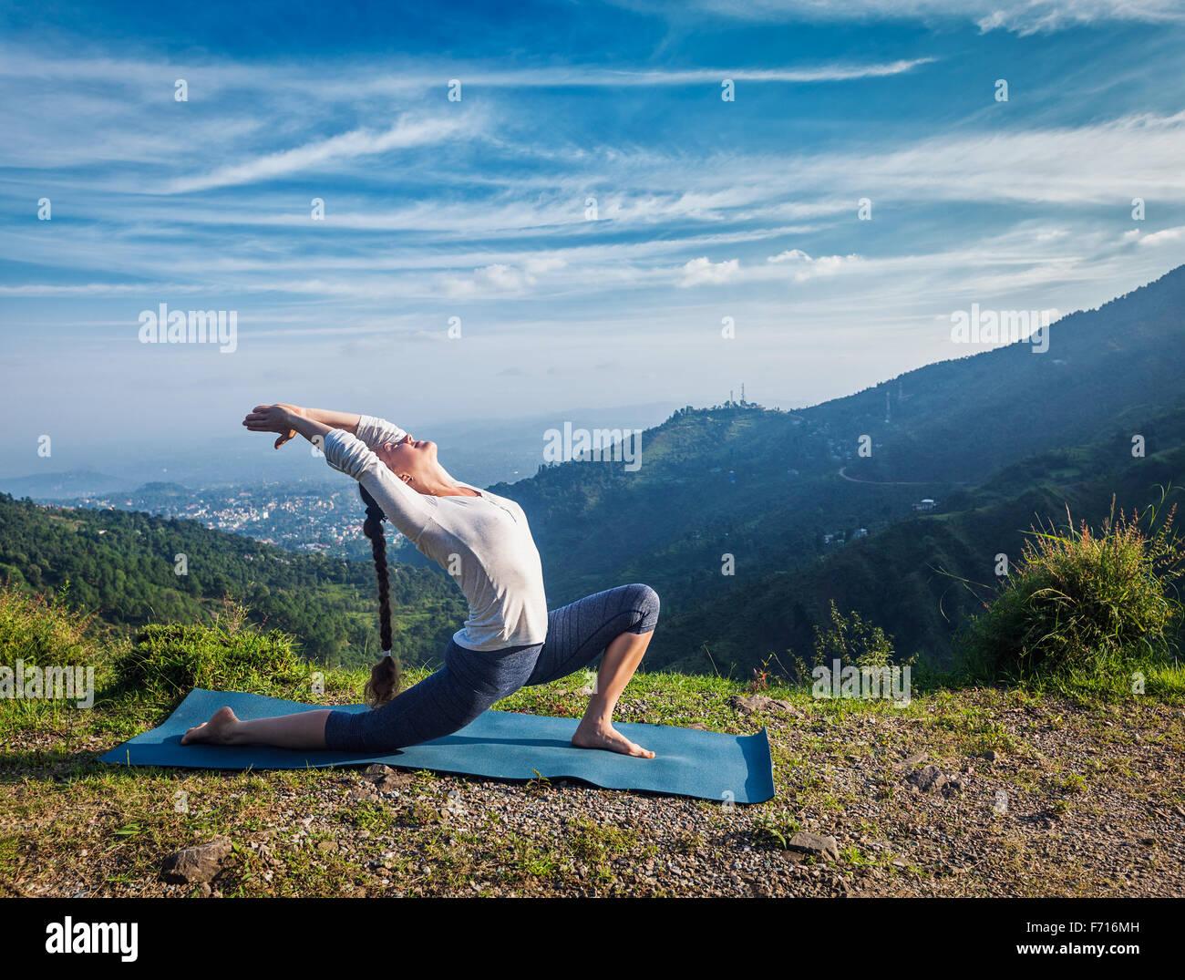 La donna le pratiche yoga asana Anjaneyasana all'aperto Immagini Stock