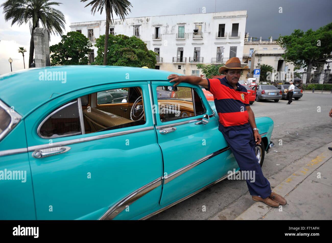 Vecchia auto d'epoca nel centro di Avana città in Cuba. Immagini Stock