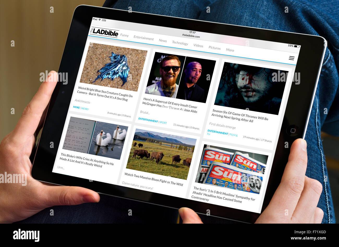 Il ragazzo la Bibbia sito web visualizzato su un Apple iPad aria Immagini Stock