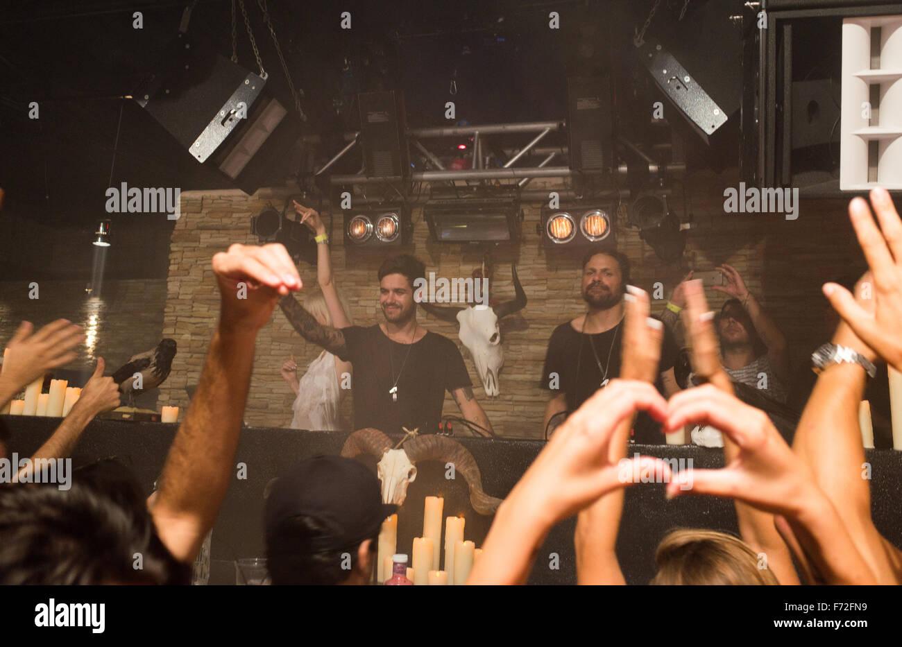 Racconto di noi DJ sta suonando a DC-10 club di Ibiza Immagini Stock