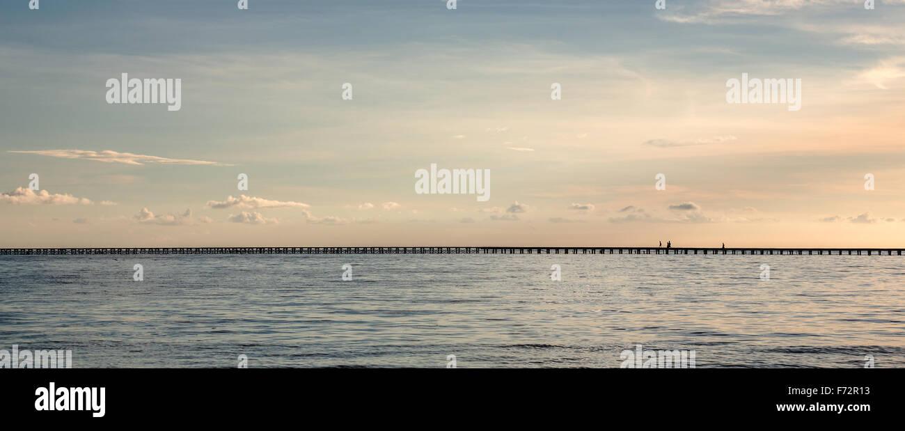 Panorama della indigenousness persone da Bajo villaggio sulle isole Togean attraversando il ponte alla terraferma, Immagini Stock
