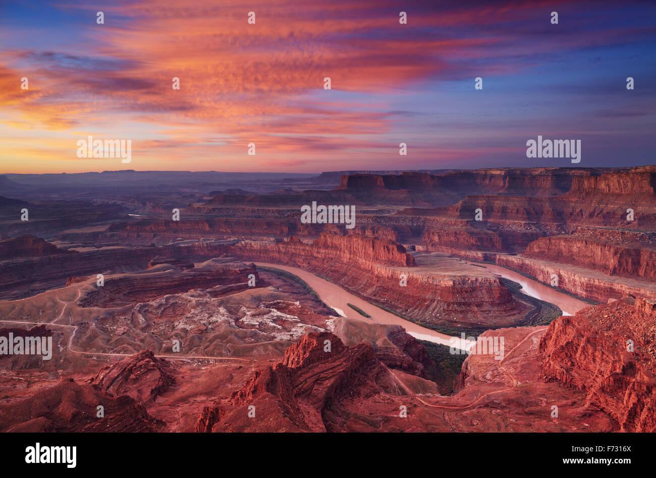 Sunrise colorato a Dead Horse Point, il fiume Colorado, Utah, Stati Uniti d'America Immagini Stock