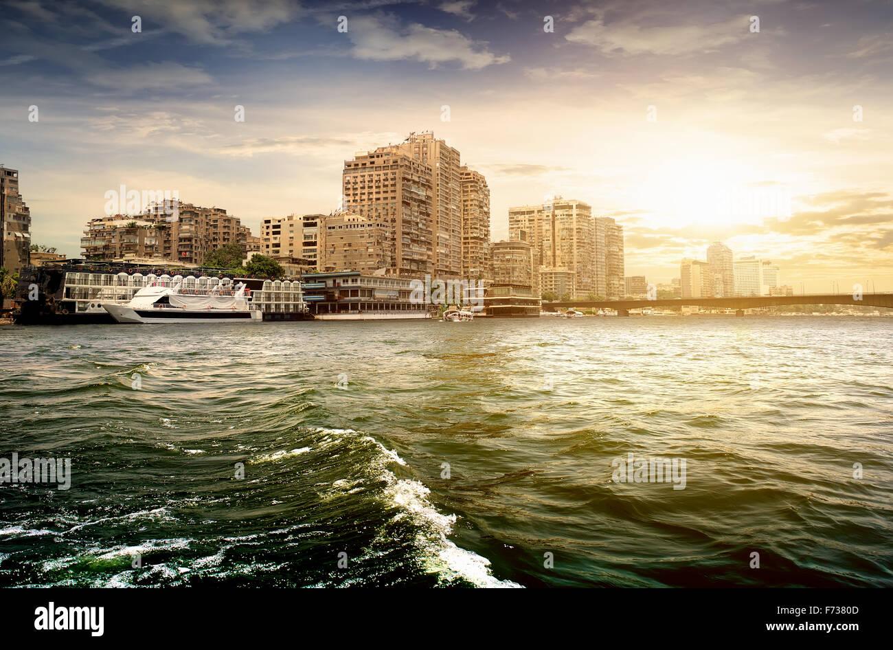 Edifici moderni di Cairo sul Nilo Immagini Stock