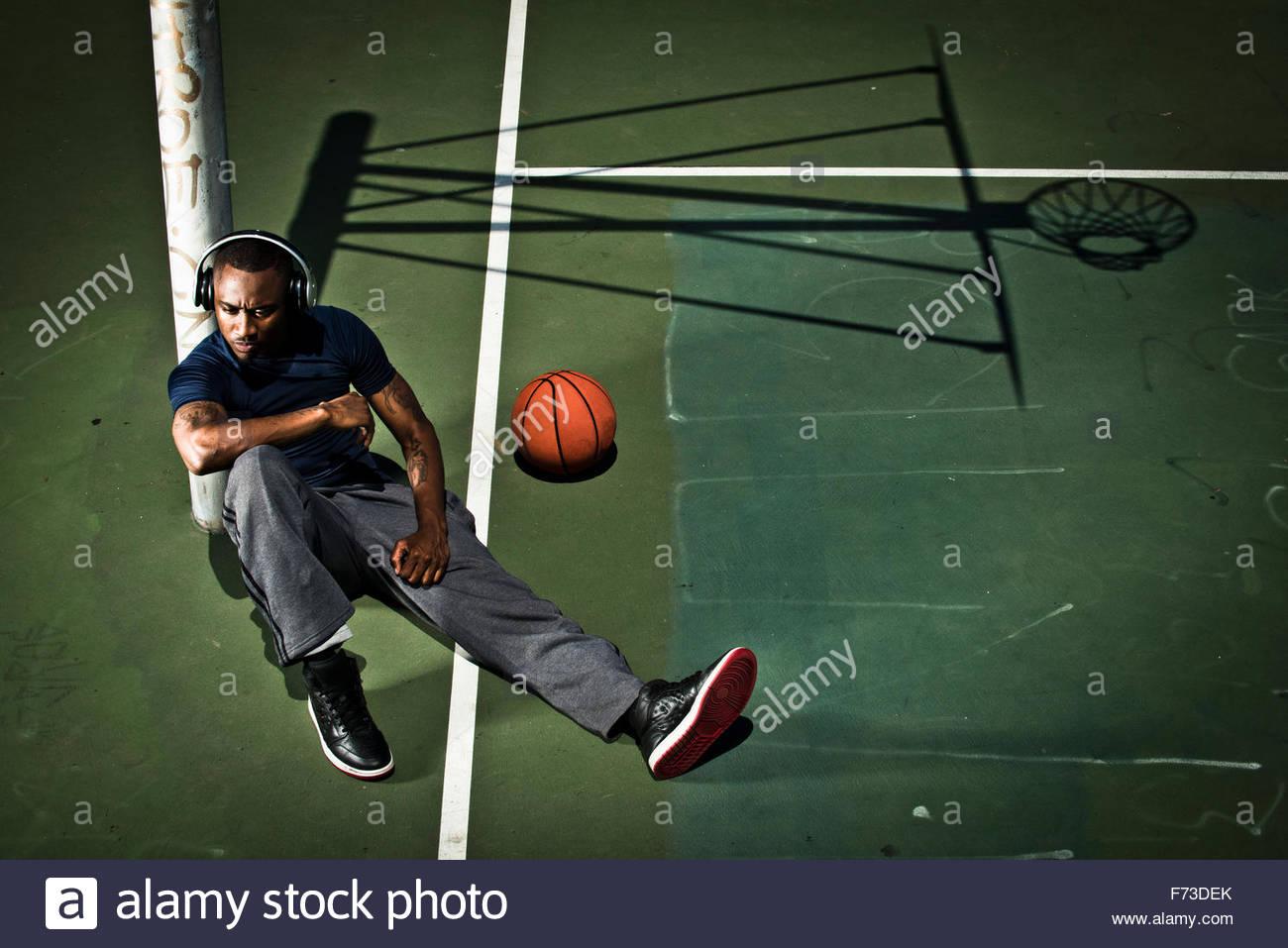 Un giocatore di basket ascolta musica prima di una partita. Immagini Stock
