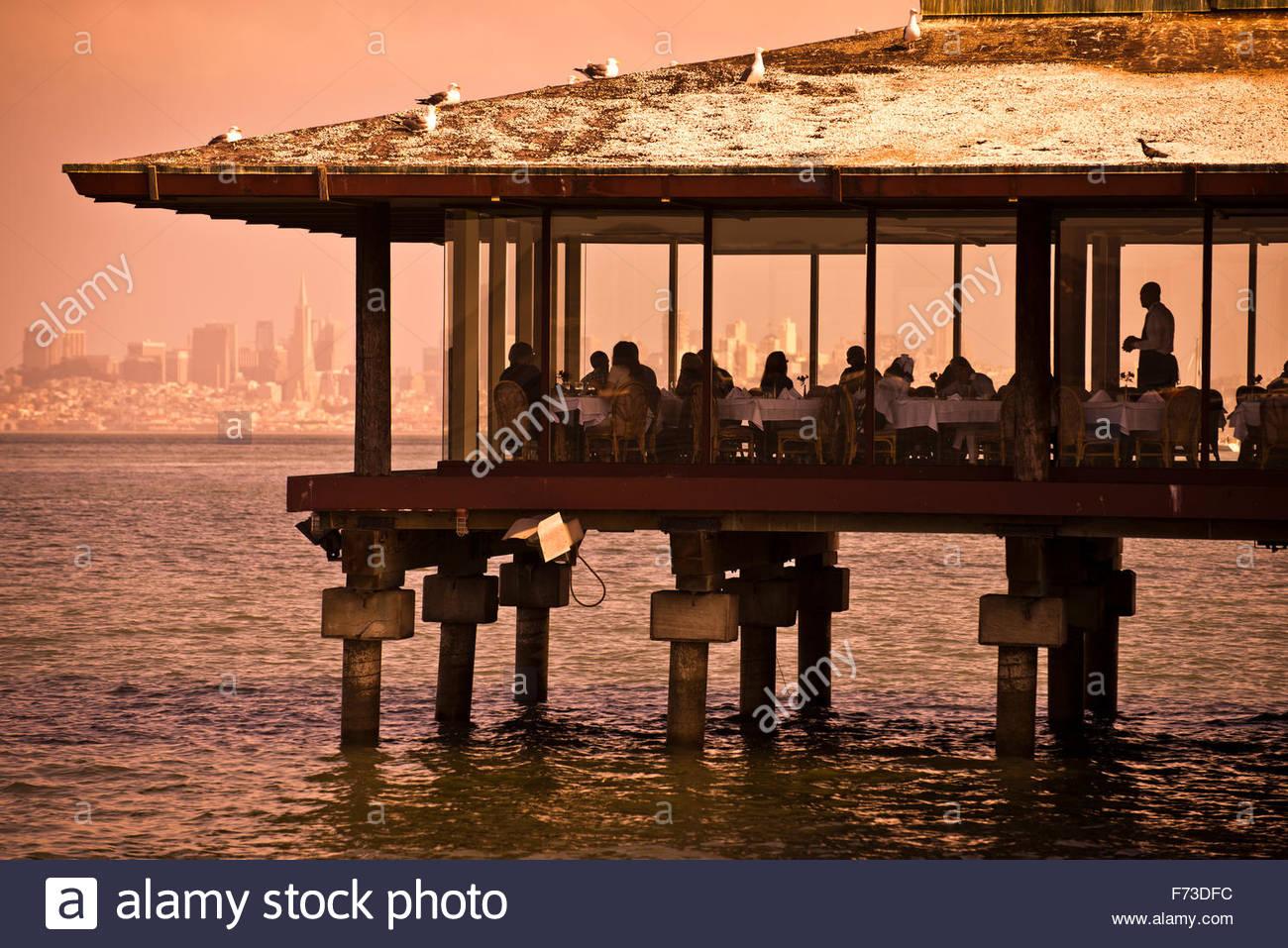 Un ristorante a strapiombo sull'acqua in Sausalito, California. Foto Stock