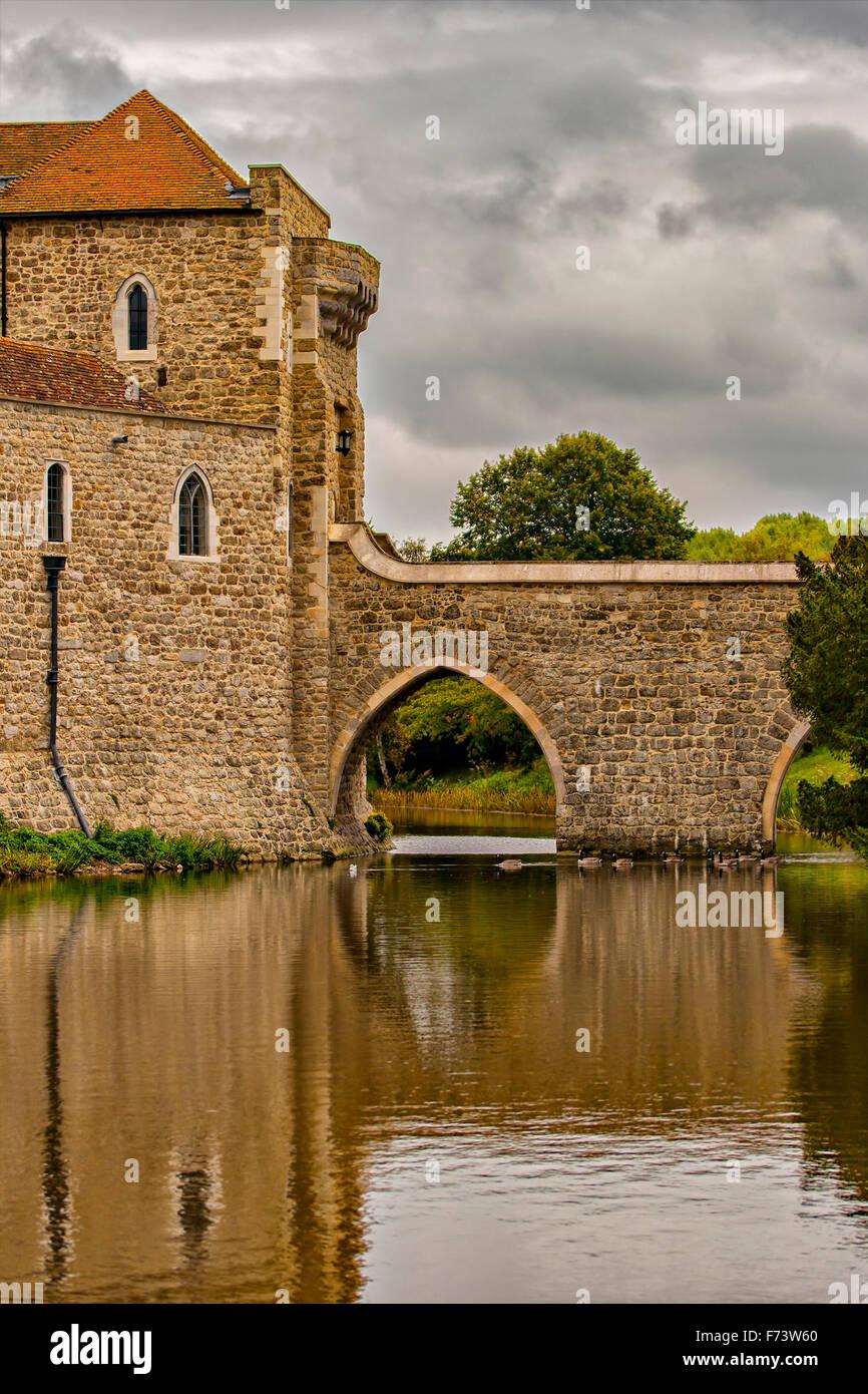 Dettaglio del ponte e il fossato dal castello di Leeds. Kent, Inghilterra. Immagini Stock