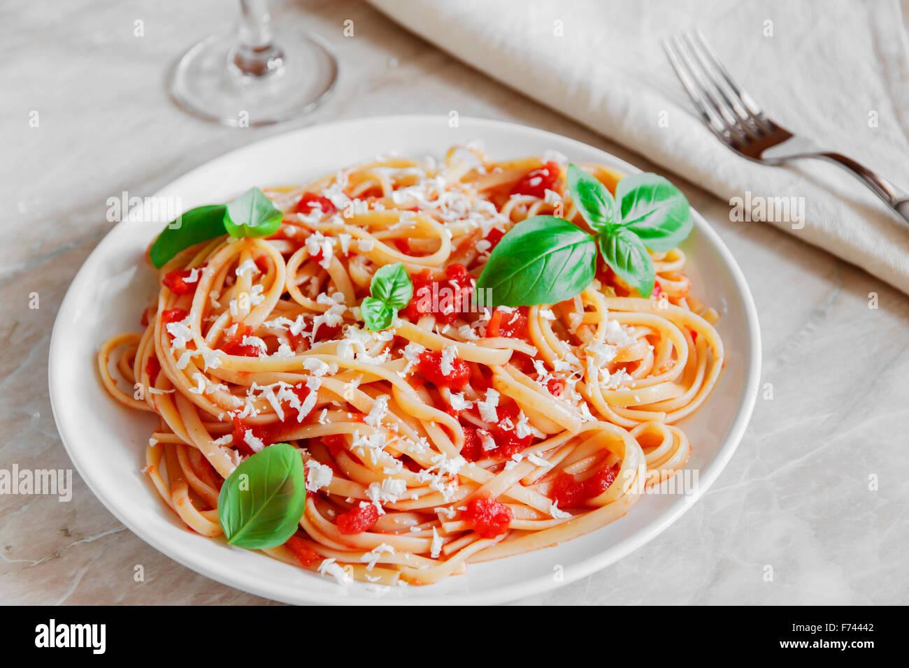 Le Linguine in salsa di pomodoro e formaggio su una piastra Immagini Stock