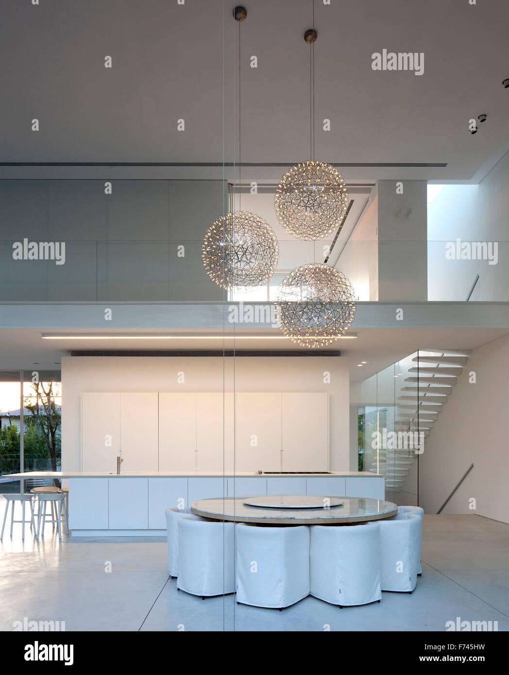 Casa Moderna Bianca.Doppia Altezza Interni Sala Da Pranzo In Una Moderna Casa