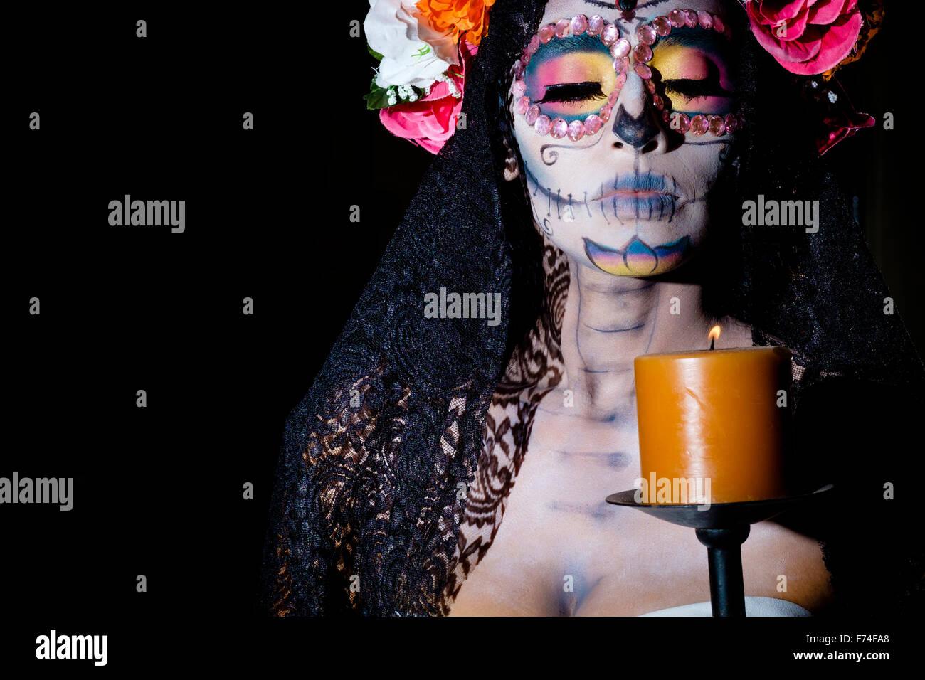 Messico - Dia de Muertos. La Calavera Catrina con candela - tradizionale messicano scheletro femminile figura che simboleggia la morte Foto Stock