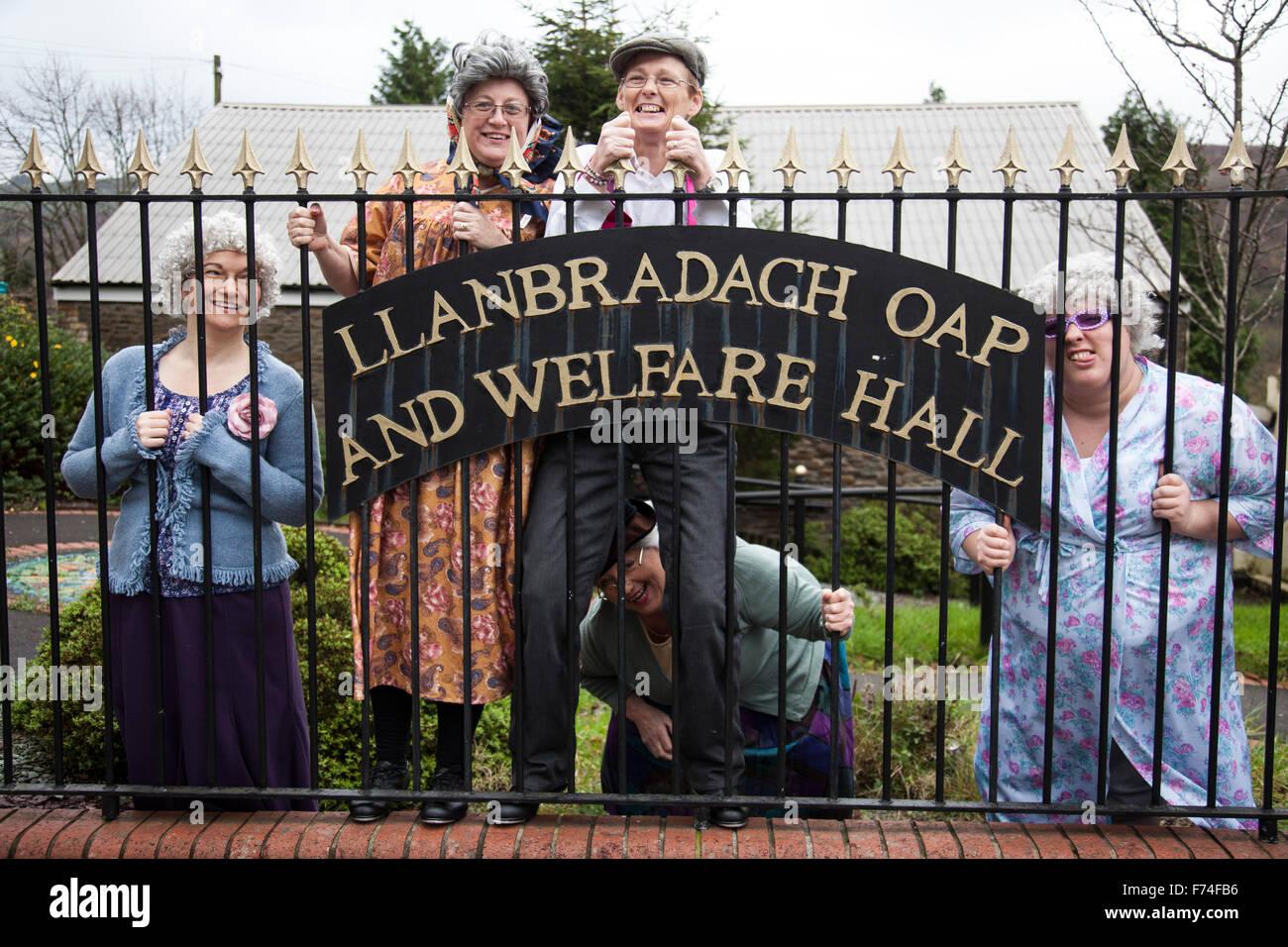 Regno Unito Galles; 16 novembre 2015. Donne abbigliate come old ladies pongono di fronte OAP benessere Hall di Llanbradach Immagini Stock