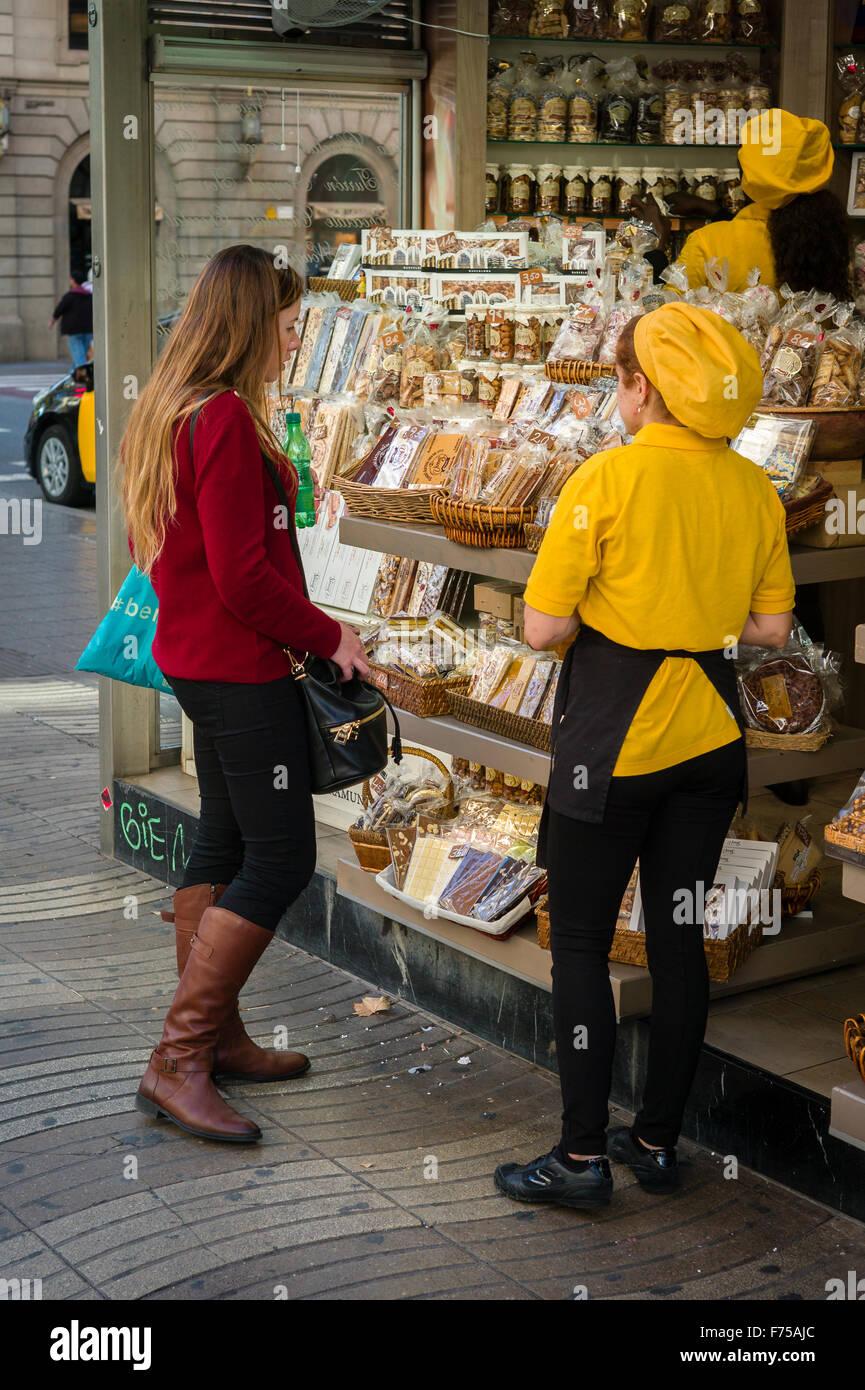 Ragazza giovane shopping per caramelle a Les Rambles, Barcellona Immagini Stock