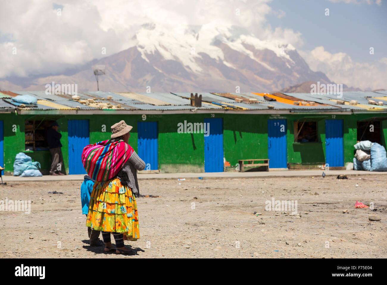 Il picco di Illimani (6343 metri) da El Alto sopra, La Paz, Bolivia. La Paz e El Alto sono criticamente a corto di acqua e probabilmente sarà la prima città capitale del mondo che dovrà essere in gran parte abbandonato a causa di mancanza di acqua. Essa si basa principalmente su acqua di disgelo glaciale dal circostante picchi andini, ma come il cambiamento climatico provoca i ghiacciai a fusione, si è rapidamente a corto di acqua. Foto Stock