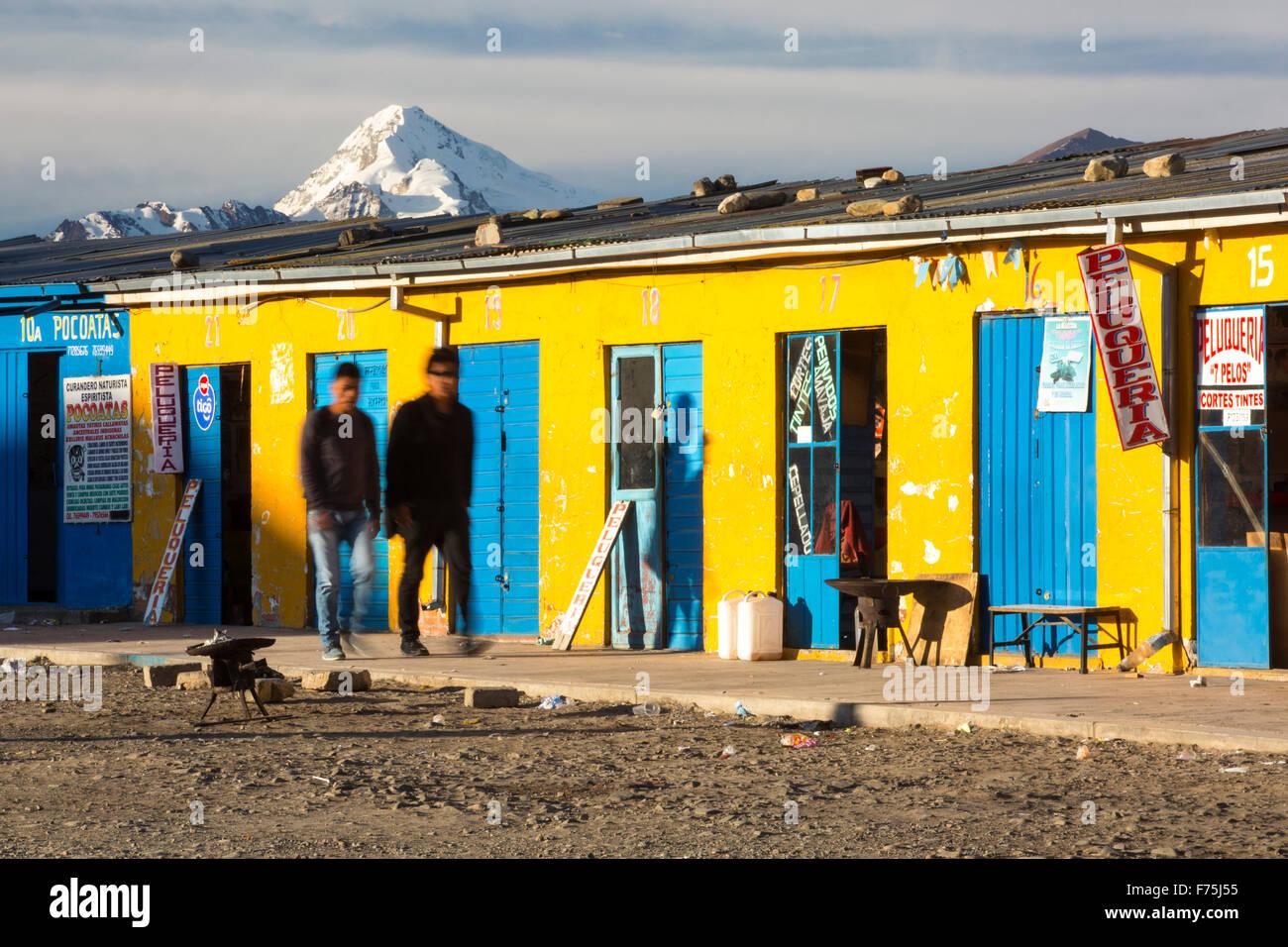 Il picco di Huayna Potosi da El Alto sopra, La Paz, Bolivia. La Paz e El Alto sono criticamente a corto di acqua e probabilmente sarà la prima città capitale del mondo che dovrà essere in gran parte abbandonato a causa di mancanza di acqua. Essa si basa principalmente su acqua di disgelo glaciale dal circostante picchi andini, ma come il cambiamento climatico provoca i ghiacciai a fusione, si è rapidamente a corto di acqua. Foto Stock