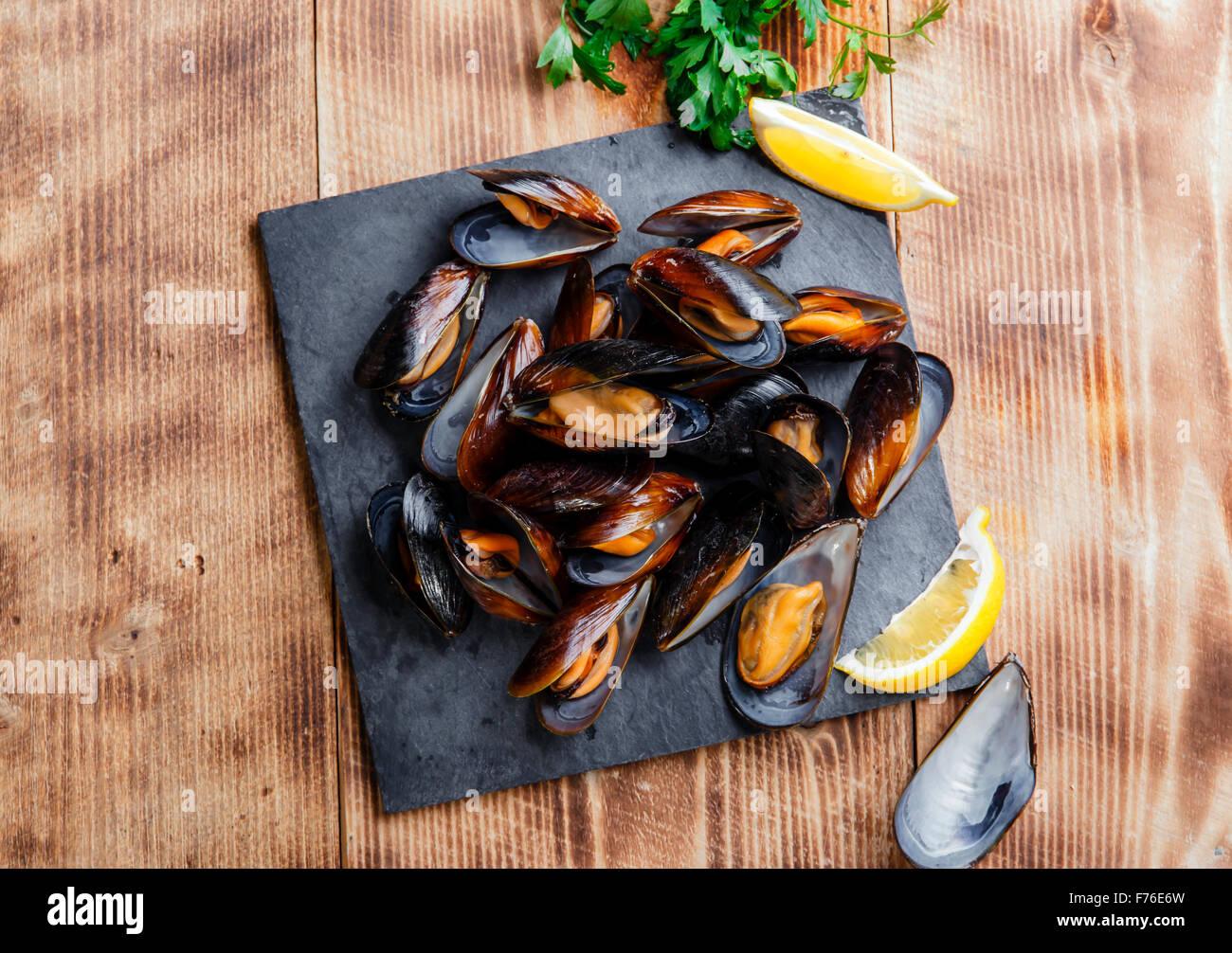 Cozze ostriche al vapore con limone e erbe aromatiche Immagini Stock