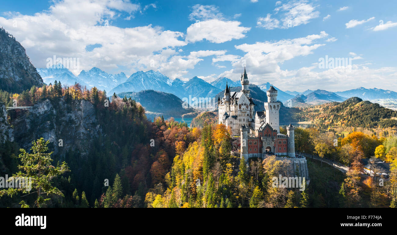Il Castello di Neuschwanstein in autunno, Alpsee dietro, Schwangau, Ostallgäu, Algovia, Svevia, Alta Baviera, Immagini Stock