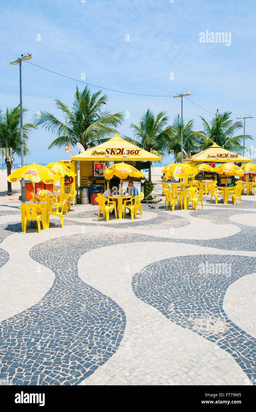 RIO DE JANEIRO, Brasile - 20 ottobre 2015: Tradizionale chiosco sulla spiaggia con palme lungo la spiaggia di Copacabana Foto Stock