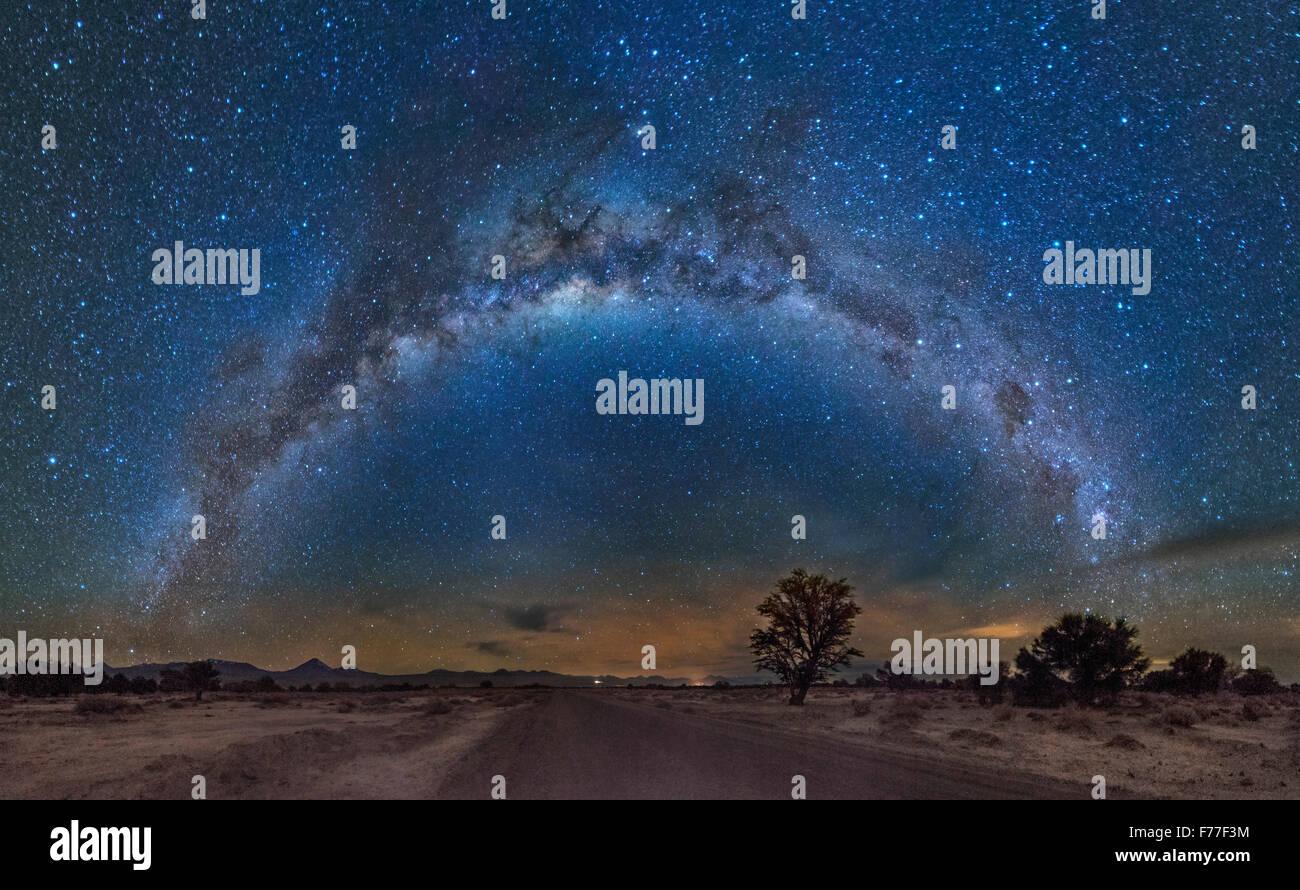 Via Lattea oltre il deserto di Atacama Immagini Stock