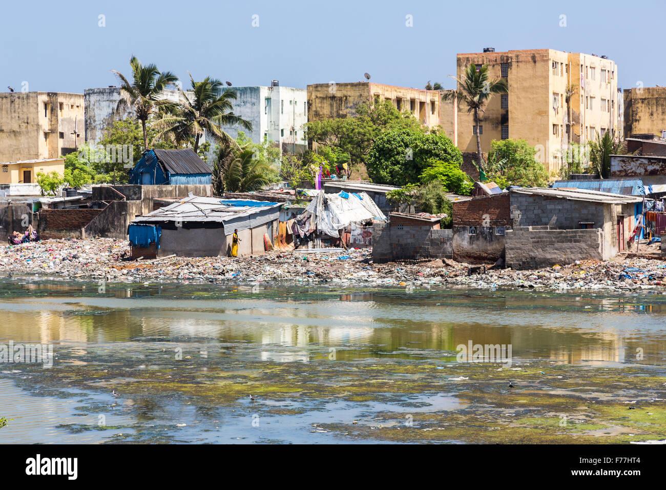 La povertà del Terzo mondo lifestyle: blocchi di appartamenti, Riverside baracche, baraccopoli sulle rive del Immagini Stock