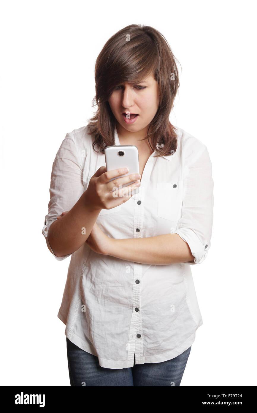Donna fissando smartphone in stato di shock Immagini Stock