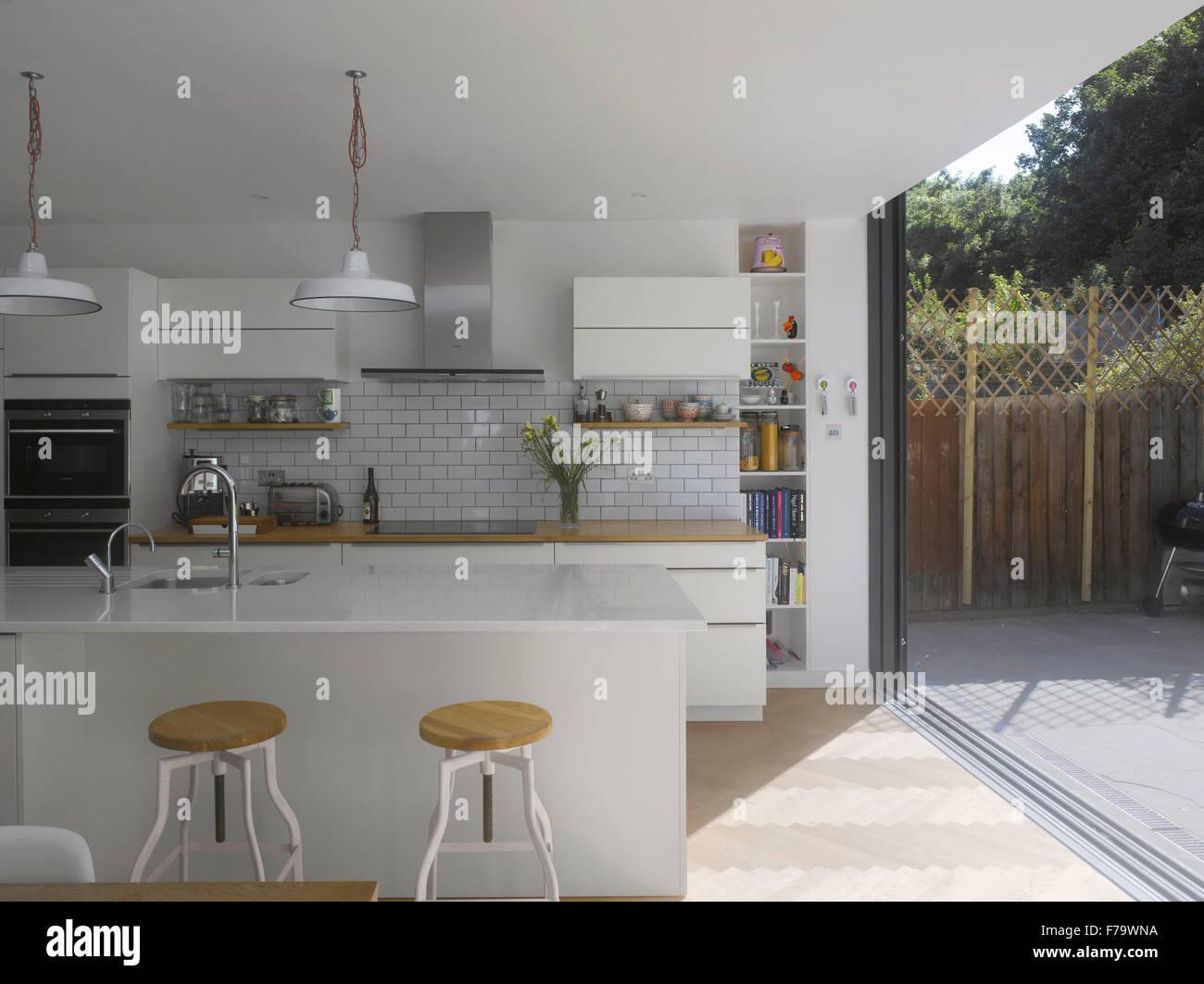 Cucina e con porta scorrevole per giardino nel Regno Unito home Foto ...