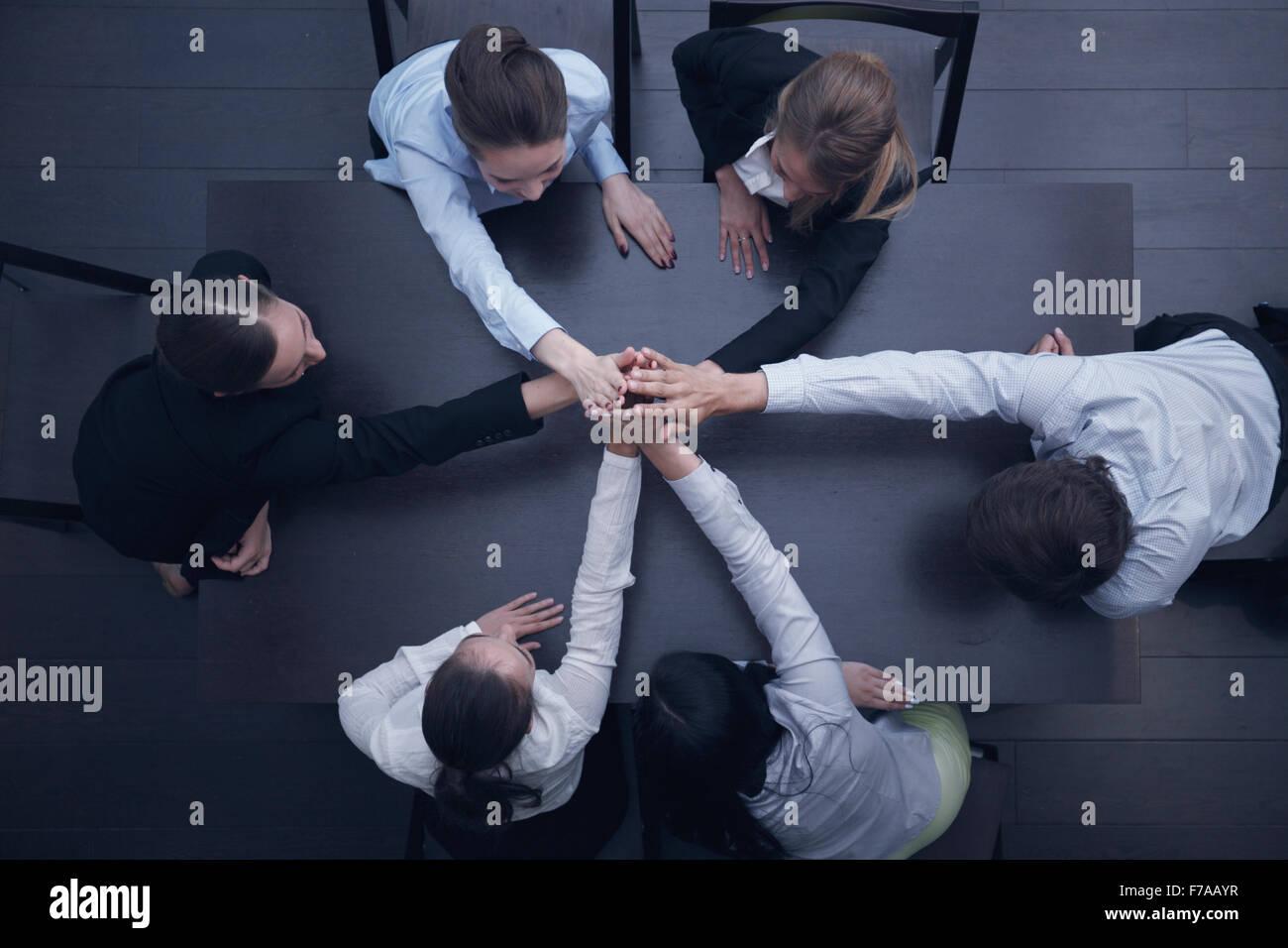 Le persone con le loro mani insieme. Team aziendale concetto di lavoro Immagini Stock