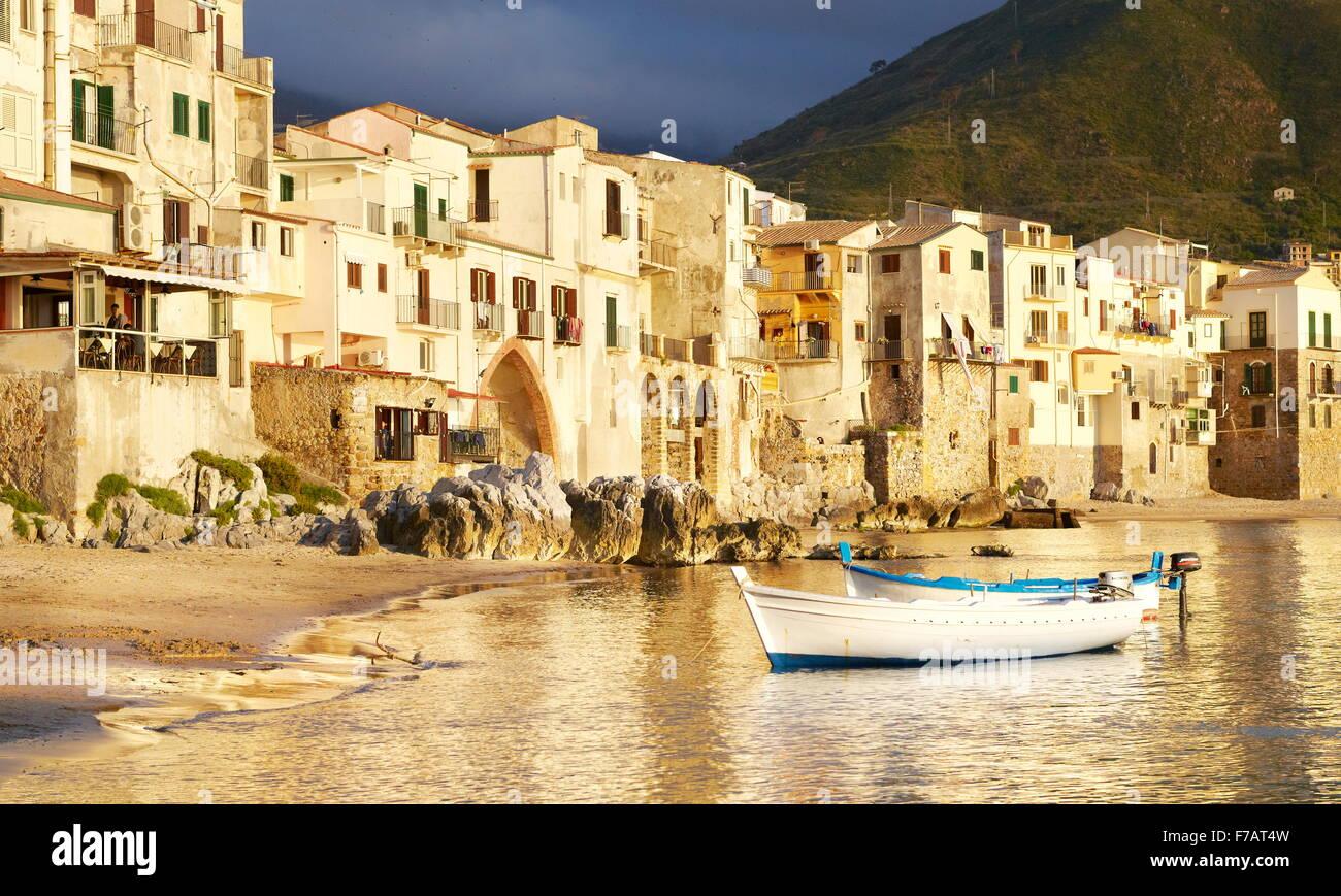 Sicilia Isola - case medievali sulla riva del mare, Cefalu, Sicilia, Italia Immagini Stock