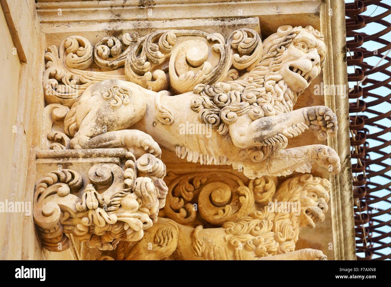Noto - dettagli barocco del balcone presso il Palazzo Villadorata (Palazzo Nicolaci), noto centro storico, Sicilia, Immagini Stock