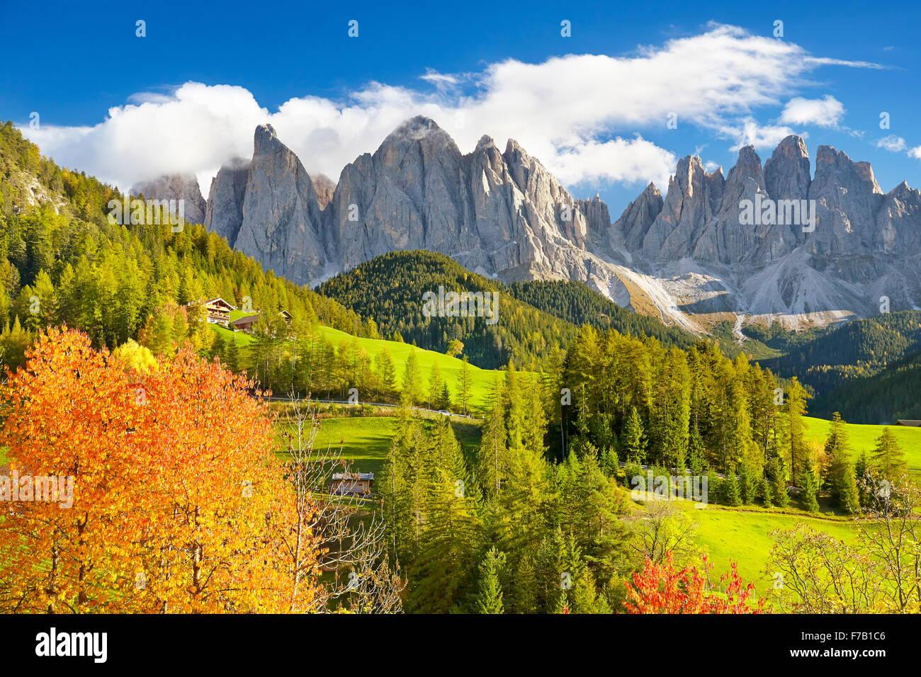 Val di Funes, Provincia del Tirolo, Alpi Dolomiti Montagne Paesaggio autunnale, Italia Immagini Stock