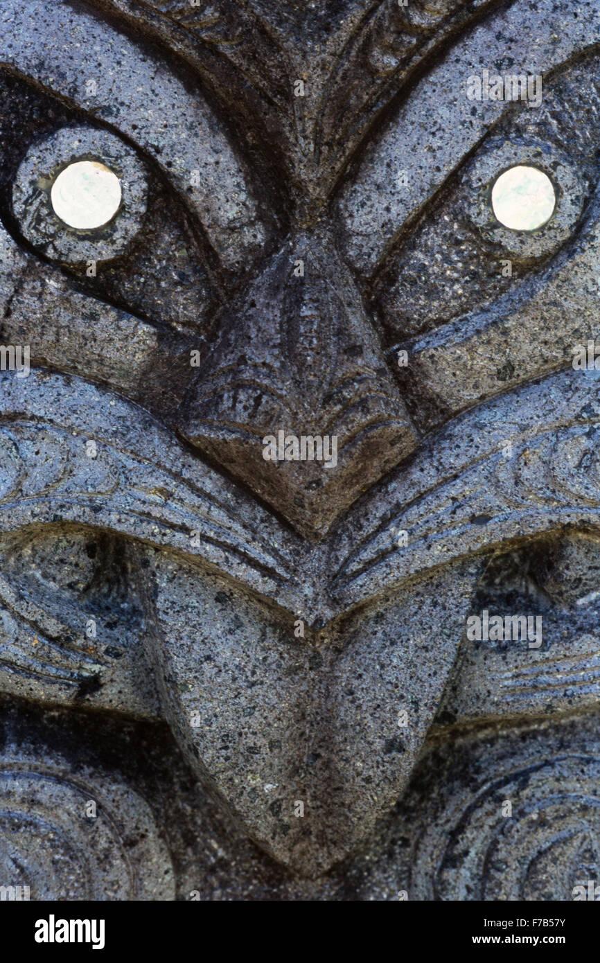 Rock carving in basalto creato dal locale artista polinesiano MikeTavioni, a Punanga Nui mercato in Avarua. Immagini Stock