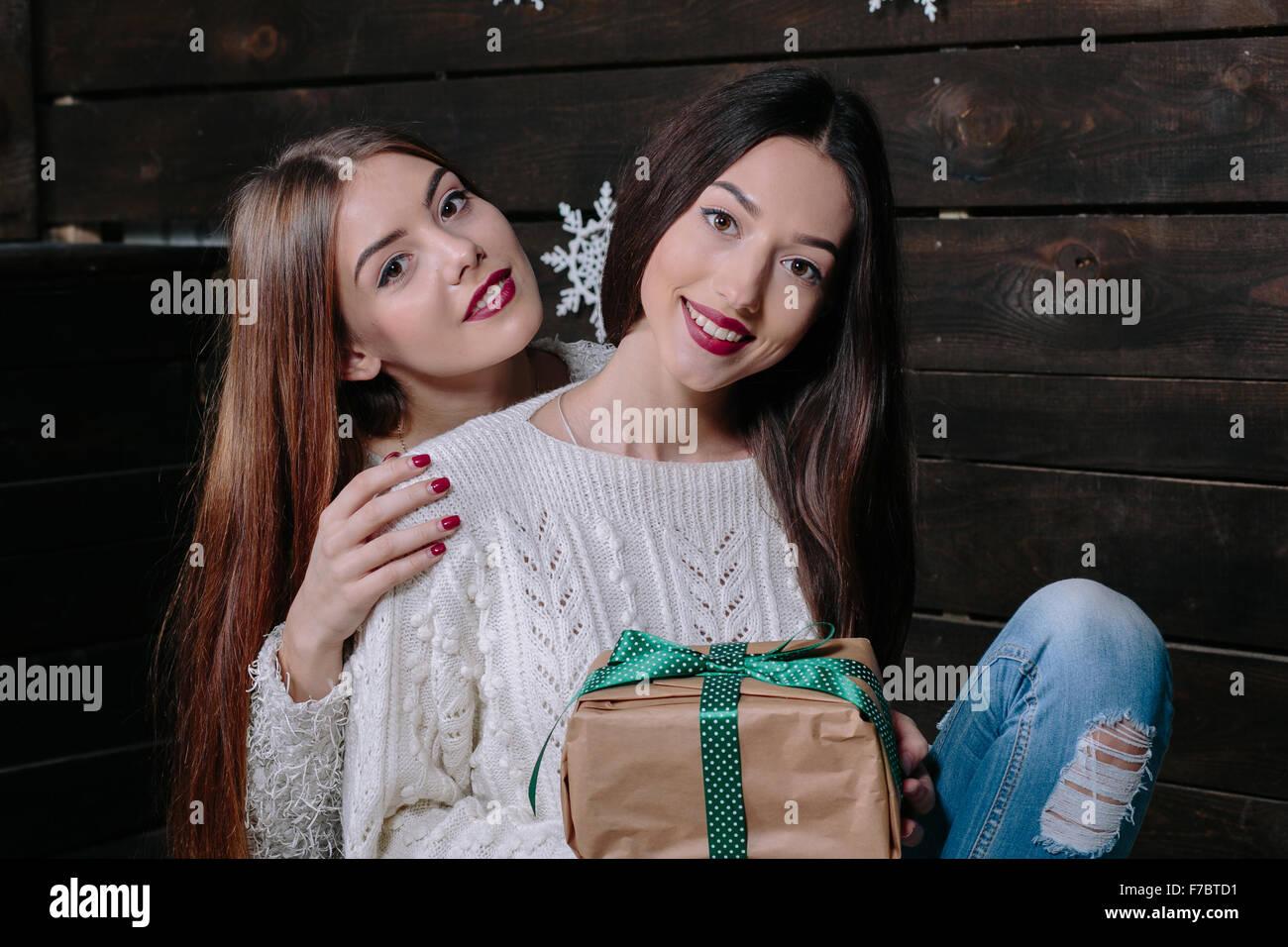 Due belle ragazze a Natale Immagini Stock