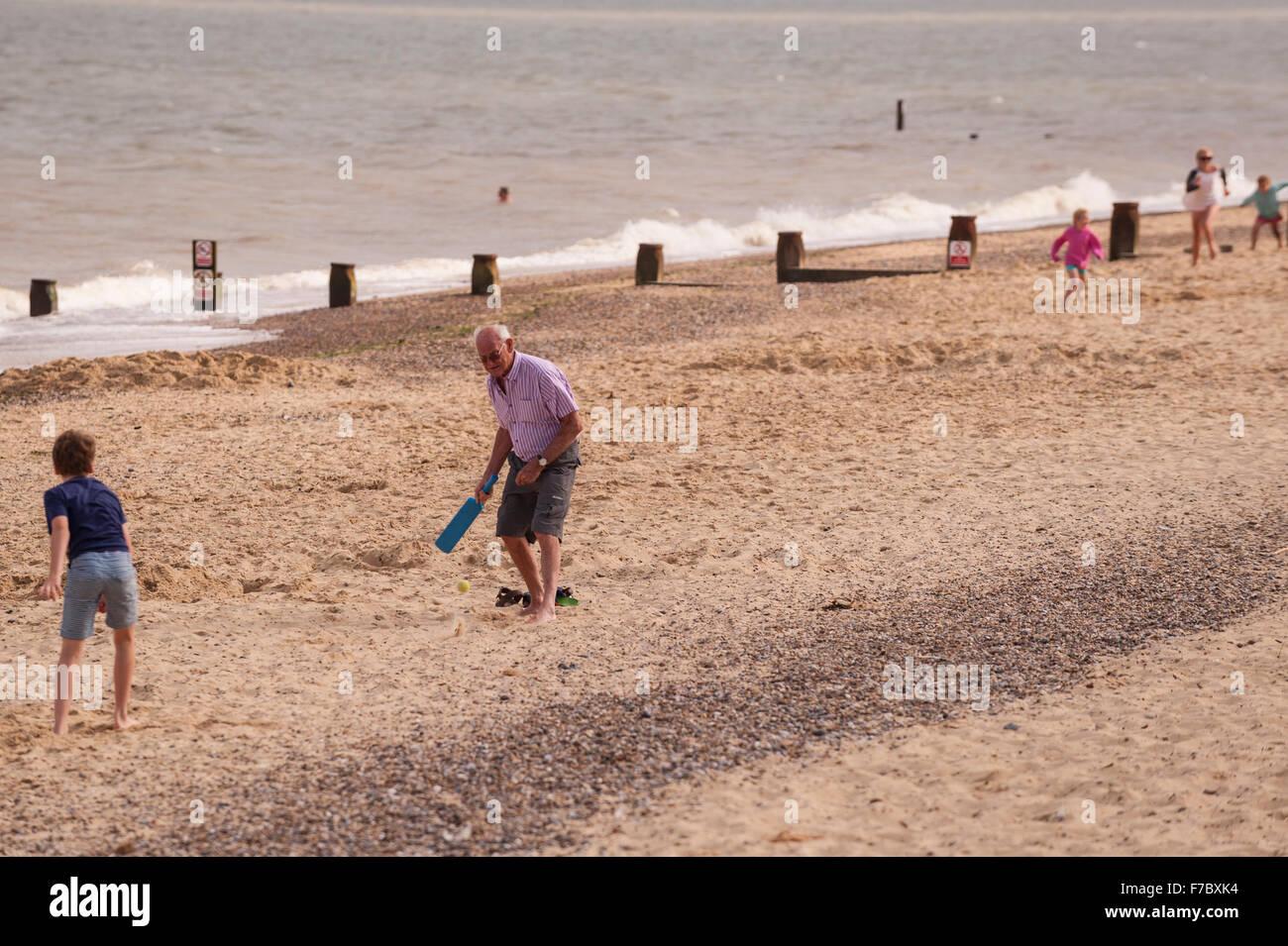 Persone che giocano a cricket sulla spiaggia in Southwold , Suffolk , Inghilterra , Inghilterra , Regno Unito Foto Stock
