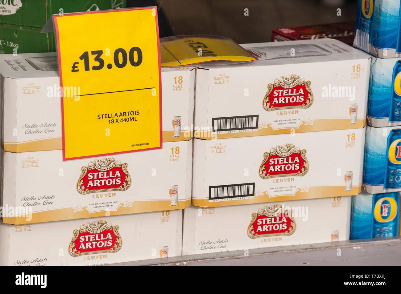 A buon mercato Stella Artois birra chiara per la vendita in un supermercato nel Regno Unito Immagini Stock