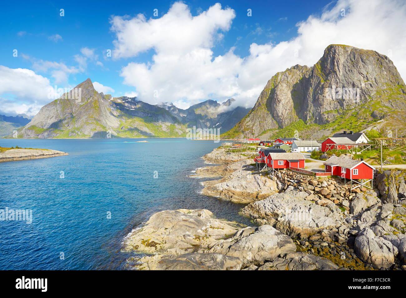 Tradizionale in rosso i pescatori in legno capanne rorbu, Lofoten Island paesaggio, Norvegia Immagini Stock