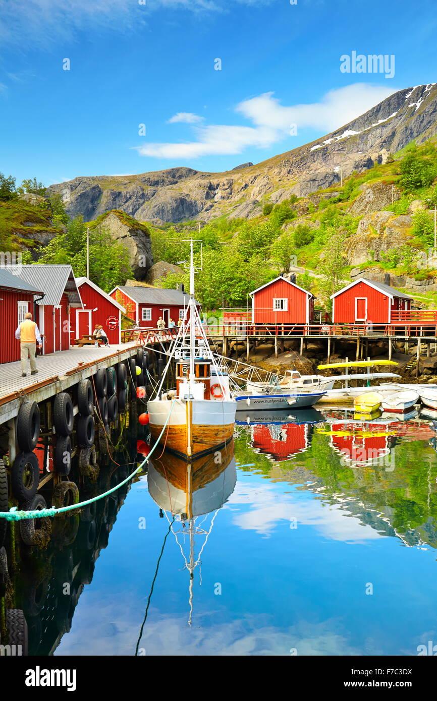 Isole Lofoten, porto con rosso di pescatori di capanna, Nusfjord, Norvegia Immagini Stock
