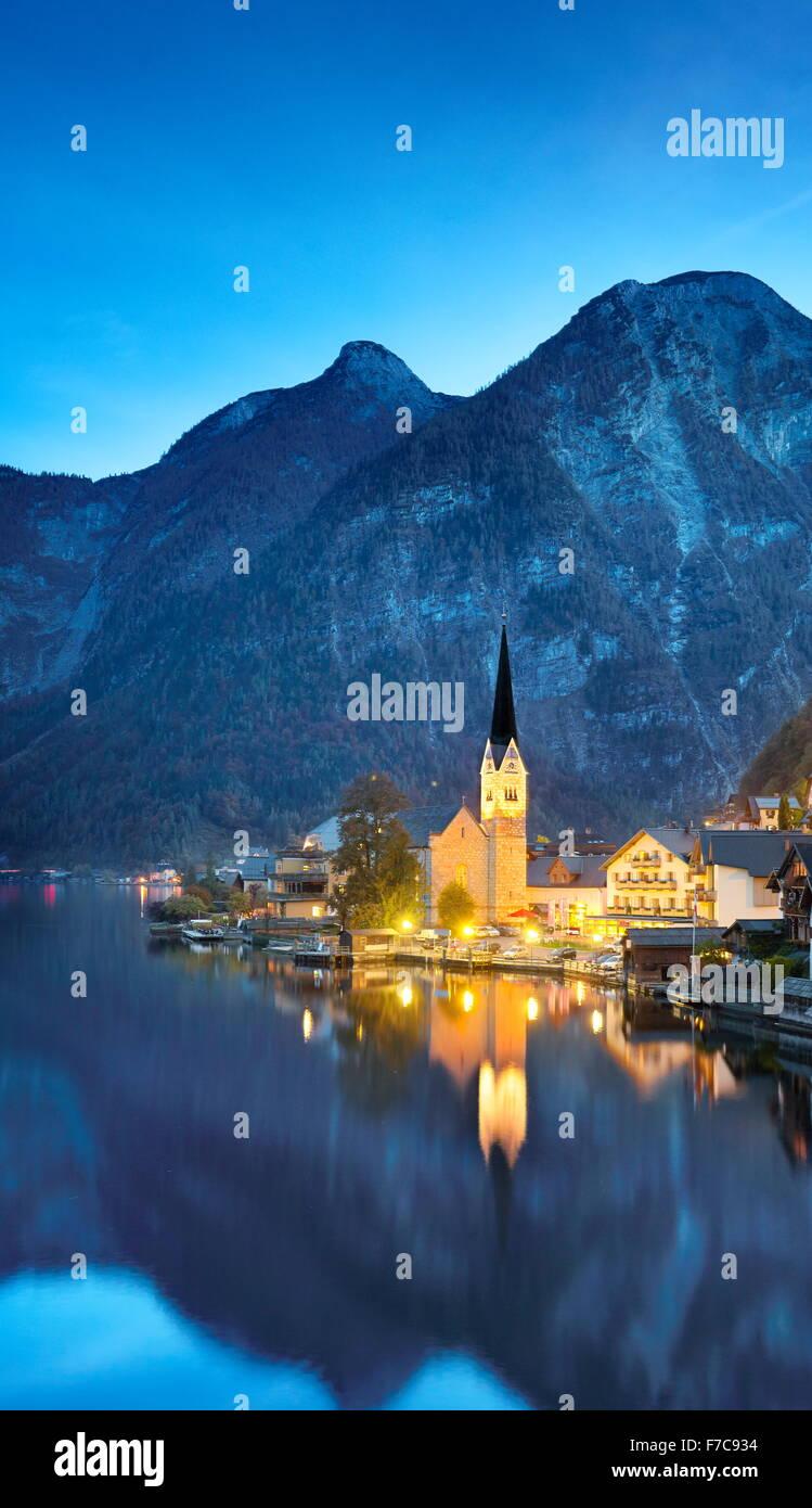 Hallstatt in serata, Salzkammergut, Alpi austriache, Austria, UNESCO Immagini Stock
