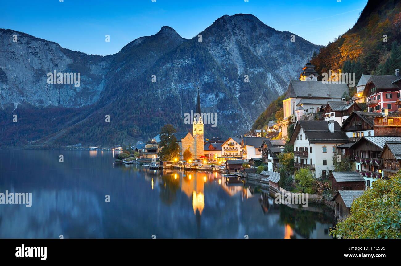 Austria - Hallstatt villaggio di montagna, Salzkammergut, Alpi austriache, UNESCO Immagini Stock