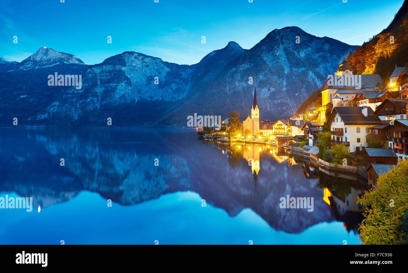 Hallstatt villaggio di montagna a sera, Salzkammergut, Alpi austriache, Austria, UNESCO Immagini Stock