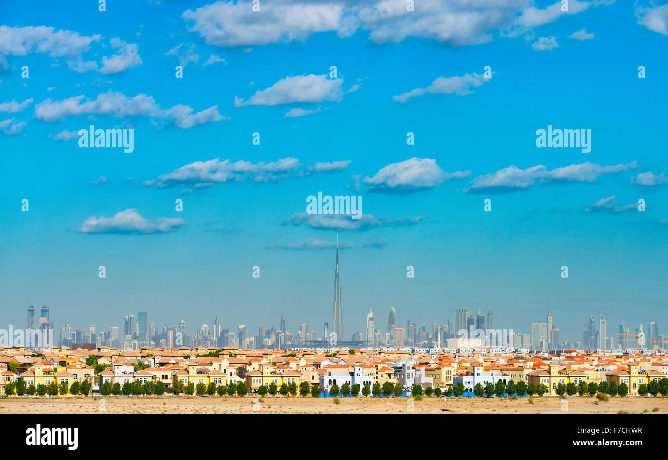 Skyline di Dubai con moderne ville di lusso in villa residenziale alloggio lo sviluppo in primo piano negli Emirati Foto Stock