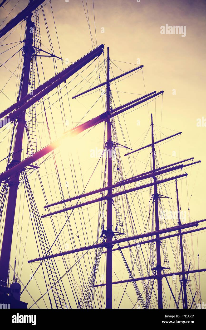 Retro Vintage tonico montanti in barca a vela al tramonto, il concetto di viaggio. Immagini Stock