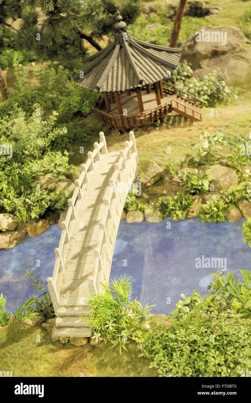 Architettura asiatica con ponte sopra il fiume Immagini Stock