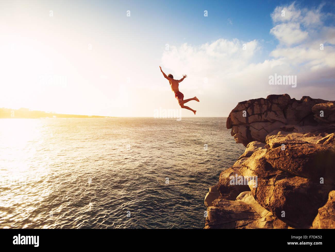 Cliff Jumping nell'oceano al tramonto, Divertimento estivo Lifestyle Immagini Stock