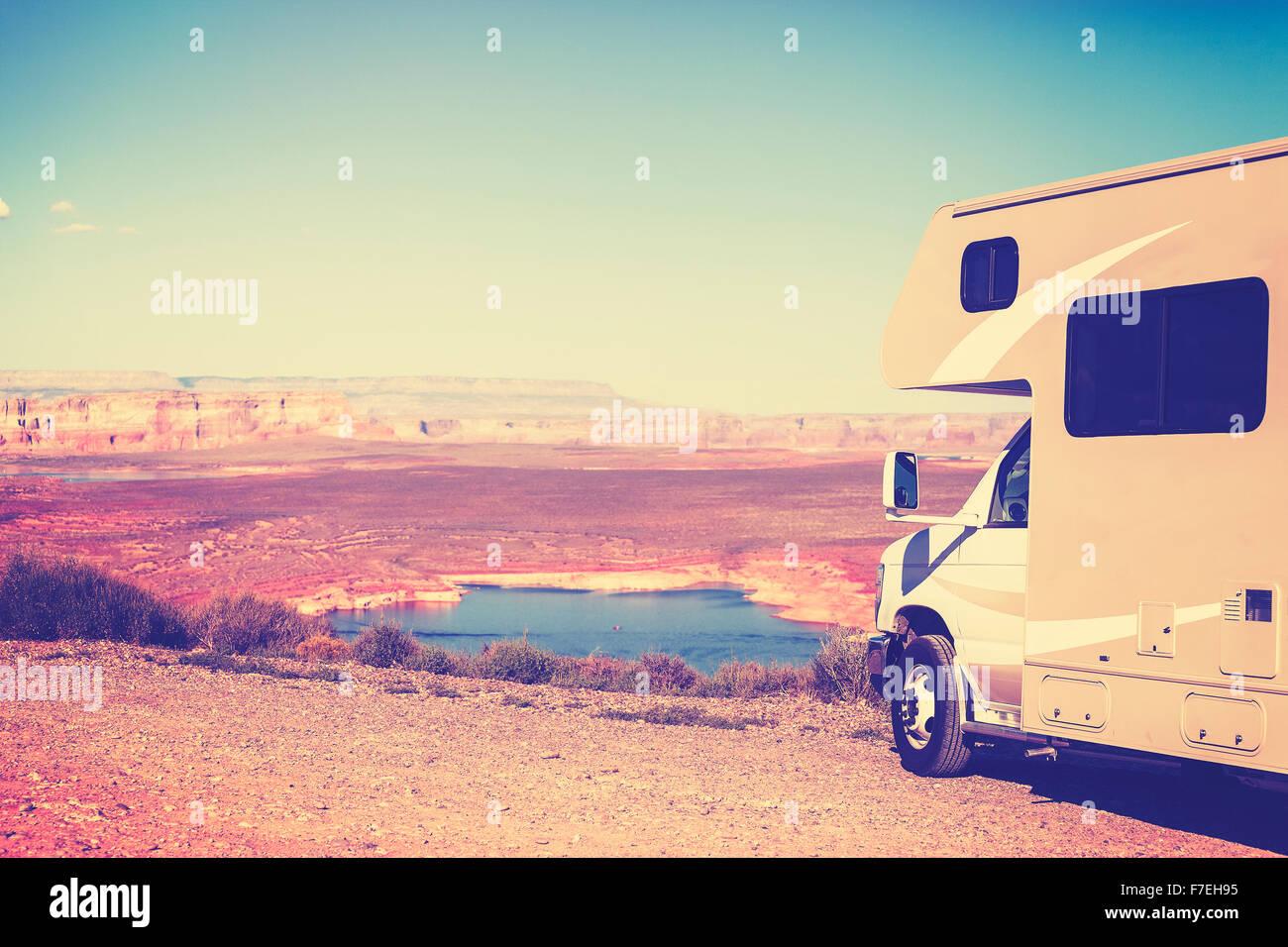 Vintage tonica RV (camper) parcheggiata da un canyon, famiglia Concetto di vacanza, Lake Powell, STATI UNITI D'AMERICA. Immagini Stock
